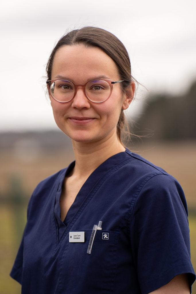 Eläinlääkäri Laura Tuomi